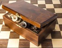 Reyes que resaltan de la caja de almacenamiento del ajedrez Imagen de archivo