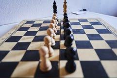 Reyes y empeños blancos y negros del ajedrez en la línea formación foto de archivo
