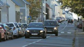 Reykjavik, Исландия - сентябрь 2016: автомобили двигают над малой спокойной улицей в Северн Северном, над лежачим полицейским сток-видео