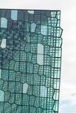 Reykjavik, Исландия, май 2014: Внешний взгляд концертного зала Harpa и центра конференции Стоковое Фото