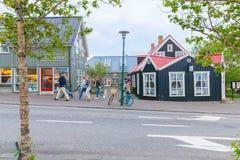 Reykjavik central gata med sikt till den turist- mitten arkivbild