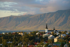 Reykjavik e montagem Esja Fotos de Stock Royalty Free