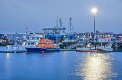 Reykjavik-Hafen in der blauen Stunde stockbilder