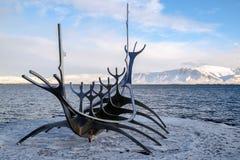 REYKJAVIK/ICELAND - 5 ΦΕΒΡΟΥΑΡΊΟΥ: Ταξιδιώτης ήλιων στο Ρέικιαβικ Ισλανδία επάνω στοκ εικόνα με δικαίωμα ελεύθερης χρήσης