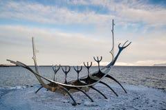 REYKJAVIK/ICELAND - 5 ΦΕΒΡΟΥΑΡΊΟΥ: Ταξιδιώτης ήλιων στο Ρέικιαβικ Ισλανδία επάνω στοκ εικόνα