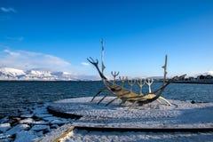 REYKJAVIK/ICELAND - 5 ΦΕΒΡΟΥΑΡΊΟΥ: Ταξιδιώτης ήλιων στο Ρέικιαβικ Ισλανδία επάνω στοκ φωτογραφίες