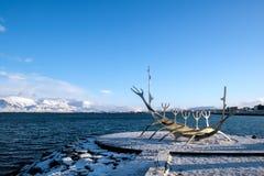 REYKJAVIK/ICELAND - 5 DE FEBRERO: Viajero de Sun en Reykjavik Islandia encendido fotografía de archivo libre de regalías