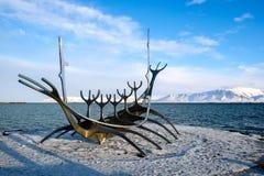 REYKJAVIK/ICELAND - 5 FEBBRAIO: Sun Voyager a Reykjavik Islanda sopra fotografia stock libera da diritti