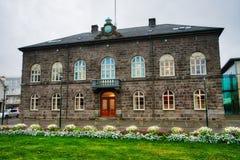 REYKJAVIK, ICELAND/OCTOBER 31,2017: Edificio del parlamento islandés en el centro de la ciudad Fotos de archivo