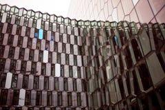 REYKJAVIK ICELAND, SIERPIEŃ, - 27, 2017: Fasada Harpa, filharmonia i centrum konferencyjne w Reykjavik, Obraz Stock