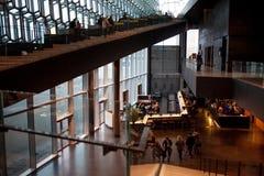 REYKJAVIK ICELAND, SIERPIEŃ, - 27, 2017: Harpa, filharmonia i centrum konferencyjne w Reykjavik, Zdjęcia Stock