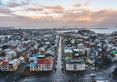 Reykjavik, IJsland - 22 Januari 2016: Een mening van de toren van Hallgrimskirkja-kerk, een populaire toeristenbestemming Stock Fotografie