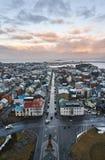 Reykjavik, IJsland - 22 Januari 2016: Een mening van de toren van Hallgrimskirkja-kerk, een populaire toeristenbestemming stock foto