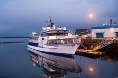 Reykjavik, IJsland - Oktober 14, 2017: de op zee pijler van het cruiseschip bij schemer Schip op zee kust op avondhemel Waterverv Royalty-vrije Stock Foto