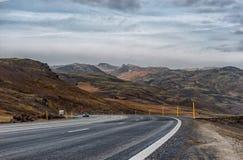 REYKJAVIK - IJSLAND - OKTOBER 15, 2016: Het Landschap van IJsland met Berg, Blauwe Hemel en Weg Royalty-vrije Stock Fotografie