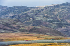 REYKJAVIK - IJSLAND - OKTOBER 15, 2016: Het Landschap van IJsland met Berg, Blauwe Hemel en Weg Stock Afbeelding