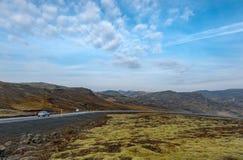 REYKJAVIK, IJSLAND - OKTOBER 15, 2016: Het Landschap van IJsland met Berg, Blauwe Hemel en Weg Royalty-vrije Stock Afbeelding