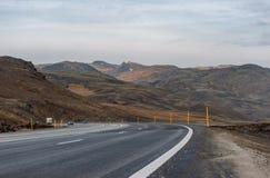 REYKJAVIK - IJSLAND - OKTOBER 15, 2016: Het Landschap van IJsland met Berg, Blauwe Hemel en Weg Stock Foto's