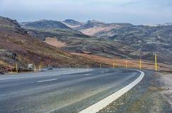 REYKJAVIK - IJSLAND - OKTOBER 15, 2016: Het Landschap van IJsland met Berg en Weg Royalty-vrije Stock Fotografie