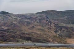 REYKJAVIK, IJSLAND - OKTOBER 15, 2014: Het Landschap van IJsland met Berg en Weg Mos en Lava Ground Royalty-vrije Stock Foto
