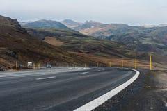 REYKJAVIK, IJSLAND - OKTOBER 15, 2014: Het Landschap van IJsland met Berg en Weg Mos en Lava Ground Stock Fotografie