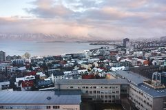 Reykjavik, Islândia - 22 de janeiro de 2016: Uma vista da torre da igreja de Hallgrimskirkja, um destino popular dos turistas imagens de stock royalty free