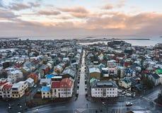 Reykjavik, Islândia - 22 de janeiro de 2016: Uma vista da torre da igreja de Hallgrimskirkja, um destino popular dos turistas fotografia de stock