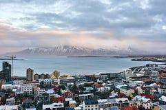 Reykjavik, Islândia - 22 de janeiro de 2016: Uma vista da torre da igreja de Hallgrimskirkja, um destino popular dos turistas fotografia de stock royalty free