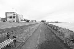 Reykjavik, Islândia - 12 de outubro de 2017: paisagem litoral Viagem do corta-mato Estradas do passeio do mar em natural imagem de stock royalty free