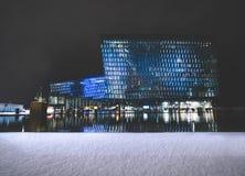 REYKJAVIK, ISLÂNDIA - 17 DE FEVEREIRO: Exterior de Harpa Concert Hall durante o inverno o 17 de fevereiro de 2019 em Reykjavik imagem de stock royalty free