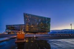 REYKJAVIK, ISLÂNDIA - 23 de março: Cena crepuscular de Harpa Concert Hall em Reykjavik, Islândia o 19 de setembro de 2018 Harpa C fotografia de stock royalty free