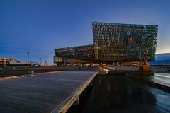 REYKJAVIK, ISLÂNDIA - 23 de março: Cena crepuscular de Harpa Concert Hall em Reykjavik, Islândia o 19 de setembro de 2018 Harpa C fotos de stock