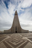 REYKJAVIK ISLAND - April 03: Den Hallgrimskirkja kyrkan är en famou Royaltyfria Foton