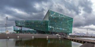 REYKJAVIK ISLAND - April 03: Harpa Concert Hall är en modern de Arkivbilder
