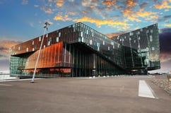 REYKJAVIK ISLAND - JUNY 9: Skymningplats av Harpa Concert Hal Arkivfoton