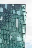 Reykjavik Island, Maj 2014: En yttre sikt av den Harpa Concert Hall och konferensmitten Arkivfoto