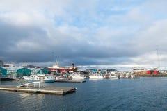 Reykjavik, Island - 13. Oktober 2017: Seehafen Vergrößerungsglas auf Karte Reisen Sie durch Lieferungs? Zieleinheit Marettimo Ega stockfotos
