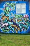 REYKJAVIK ISLAND - SEPTEMBER 22, 2013: Färgrik grafittikonstlinje gataväggarna och de tillbaka gränderna av Reykjavik, Island cap Arkivfoton