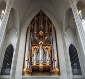 REYKJAVIK ISLAND - 19 September JUNI 2018: nedersta sikt av organrör på den Hallgrimskirkja kyrkan i Reykjavik royaltyfri fotografi