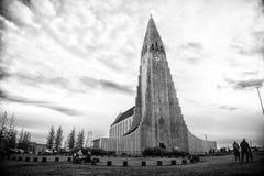 Reykjavik, Islande - 12 octobre 2017 : église et personnes de hallgrimskirkja sur le ciel nuageux Christianisme, religion et foi photo stock