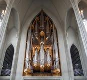 REYKJAVIK, ISLANDIA - 19 de septiembre JUNIO DE 2018: vista inferior de los tubos de órgano en la iglesia de Hallgrimskirkja en R fotografía de archivo libre de regalías