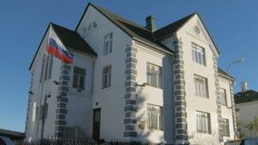 Reykjavik, Islandia - septiembre de 2016: edificio de la embajada rusa en Reykjavik en día soleado almacen de video