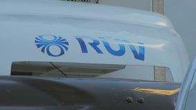 Reykjavik, Islandia - septiembre de 2016: emblema del telechannel de RUV en una carrocería almacen de metraje de vídeo