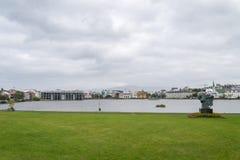 Reykjavik som är i stadens centrum med, parkerar, Island Arkivfoto