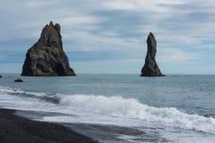 Reynisdrandar, pila del mar del basalto Fotos de archivo libres de regalías
