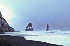 Reynisdrangar - basalt overzeese stapels in IJsland stock foto