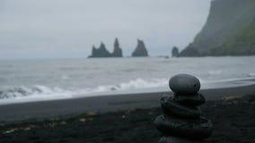 Reynisdrangar, de basalt overzeese die stapels onder de berg Reynisfjall, zuidelijk IJsland worden gesitueerd stock video