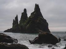 Reynisdrangar en Islande avec beaucoup d'oiseaux sur lui et aucune personnes Photos stock