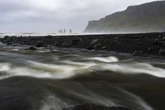 Reynisdrangar havsbuntar från stranden - sikter runt om Island, Nort Fotografering för Bildbyråer