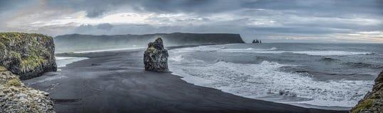 Reynisdrangur黑沙子在Vik,冰岛附近靠岸 库存图片